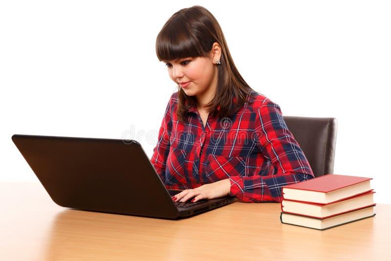 Έφηβη που κάνει την εργασία στο lap-top στοκ εικόνα με δικαίωμα ελεύθερης χρήσης