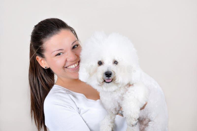 Έφηβη που κρατά το σκυλί στοκ εικόνα