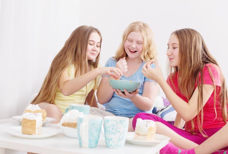 Έφηβη που πίνουν το τσάι και που τρώνε τα γλυκά στοκ εικόνες με δικαίωμα ελεύθερης χρήσης