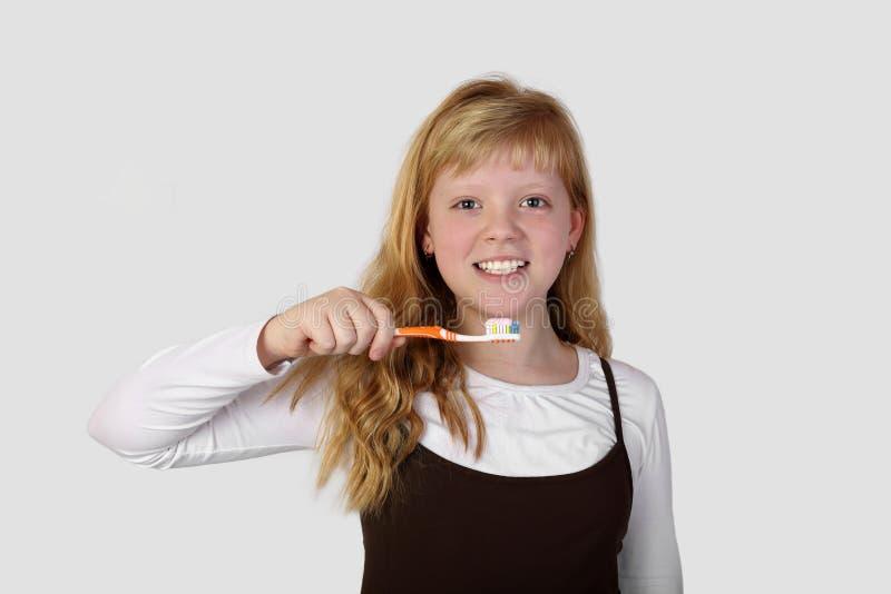 Έφηβη που πηγαίνει να βουρτσίσει τα δόντια στοκ φωτογραφίες