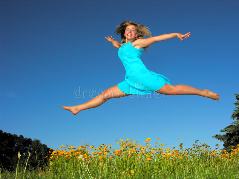 Έφηβη που πηδά στο λιβάδι στοκ εικόνες