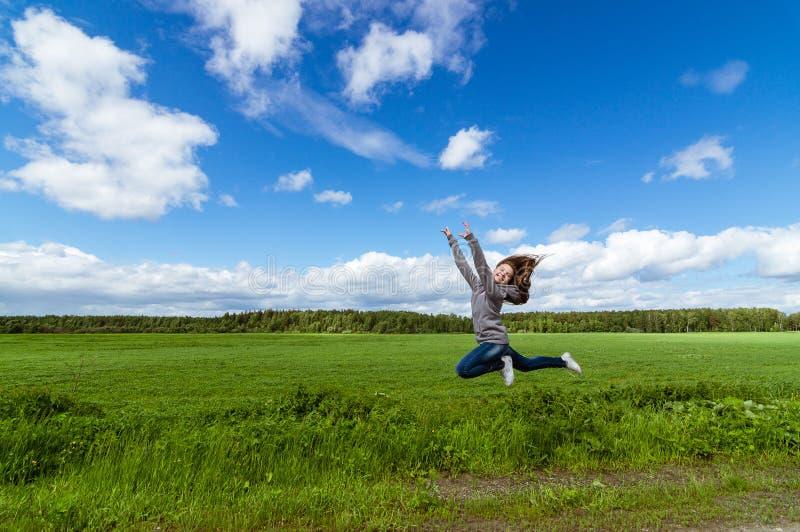 έφηβη που πηδά στο θερινό τομέα, στοκ φωτογραφία