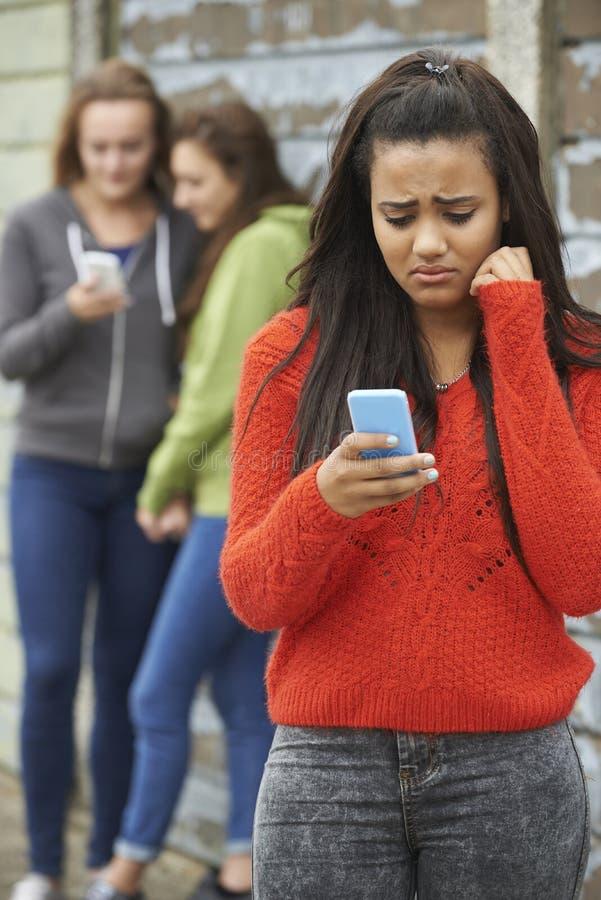 Έφηβη που φοβερίζεται από το μήνυμα κειμένου στοκ εικόνα
