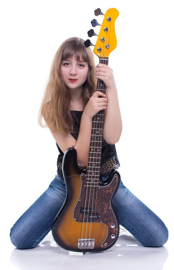 Έφηβη συνεδρίασης με τη βαθιά κιθάρα στοκ φωτογραφίες με δικαίωμα ελεύθερης χρήσης