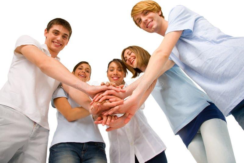 Έφηβοι με τα χέρια από κοινού στοκ φωτογραφία με δικαίωμα ελεύθερης χρήσης