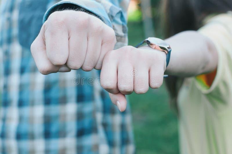 Έφηβοι που κάνουν την πρόσκρουση πυγμών το κακό ψεύτικο χέρι χειρονομίας σημαίνει το αριθ στοκ εικόνα με δικαίωμα ελεύθερης χρήσης