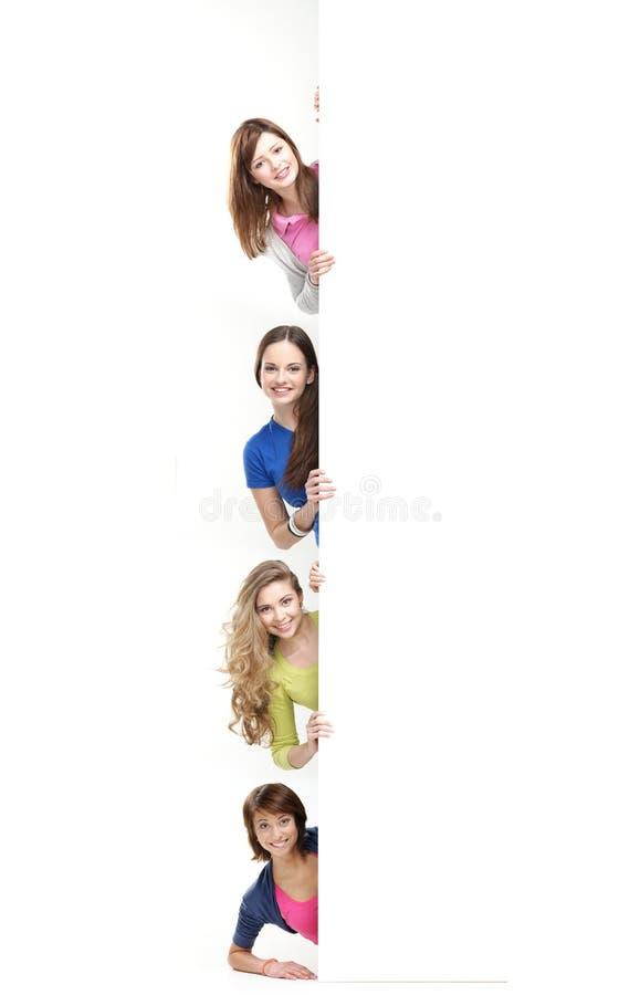 Έφηβοι που κρατούν ένα μεγάλο άσπρο έμβλημα στοκ φωτογραφία με δικαίωμα ελεύθερης χρήσης