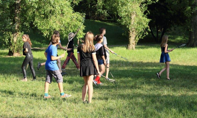 Έφηβοι που παίζουν το λακρός στοκ φωτογραφία με δικαίωμα ελεύθερης χρήσης