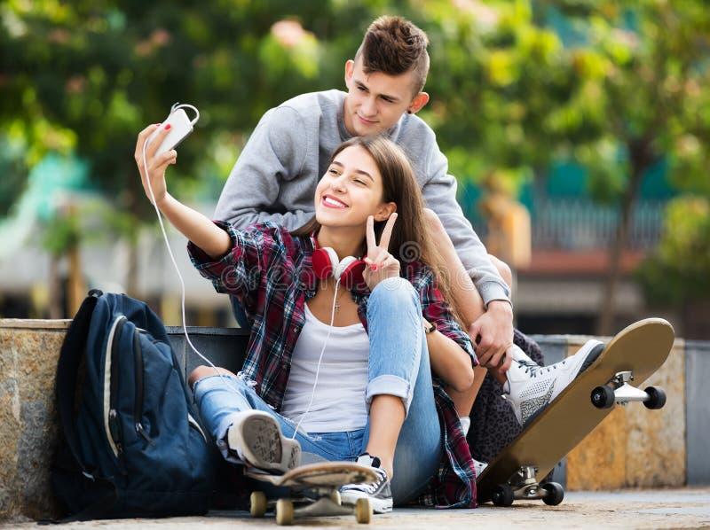 Έφηβοι που παίρνουν selfie με το smartphone στοκ φωτογραφίες
