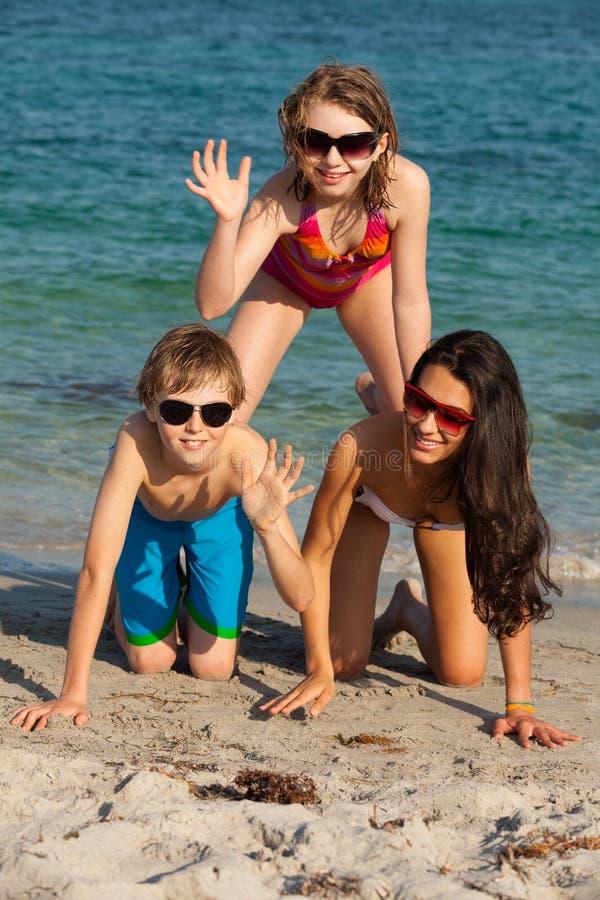 Έφηβοι στην παραλία στοκ εικόνες