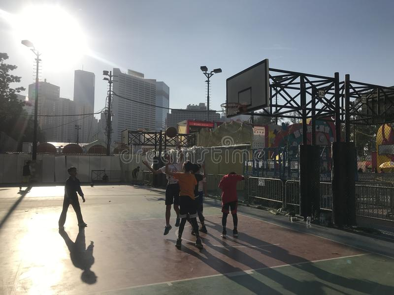 Έφηβοι Χονγκ Κονγκ που παίζουν την καλαθοσφαίριση στοκ εικόνες