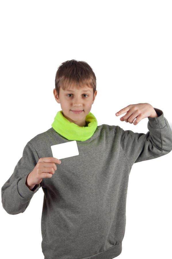Έφηβος αγοριών στην μπλούζα που κρατά την άσπρη κάρτα στο απομονωμένο υπόβαθρο στοκ φωτογραφία με δικαίωμα ελεύθερης χρήσης