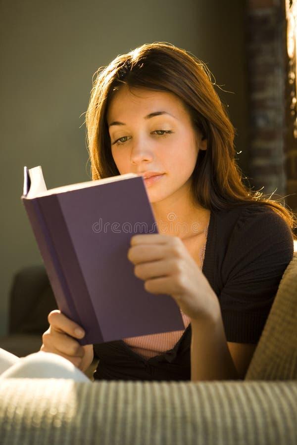 έφηβος ανάγνωσης στοκ φωτογραφίες με δικαίωμα ελεύθερης χρήσης