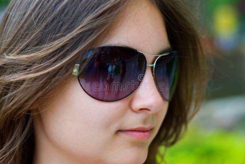 έφηβος γυαλιών ηλίου κο&rh στοκ εικόνα με δικαίωμα ελεύθερης χρήσης
