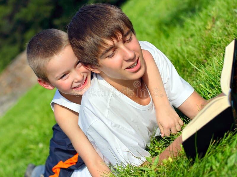 έφηβος κατσικιών βιβλίων στοκ εικόνα με δικαίωμα ελεύθερης χρήσης