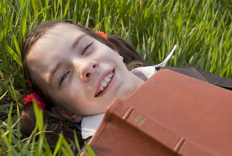 έφηβος κοριτσιών Βίβλων στοκ φωτογραφία