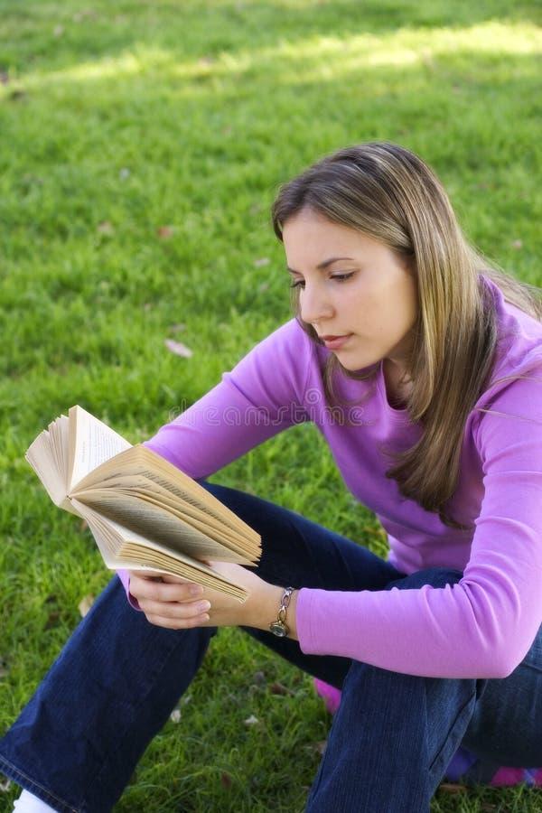 Download έφηβος κοριτσιών στοκ εικόνα. εικόνα από χαλαρώστε, βιβλίων - 64055
