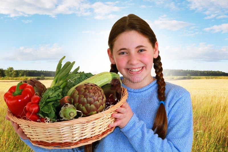 Έφηβος με λαχανικά στοκ εικόνες