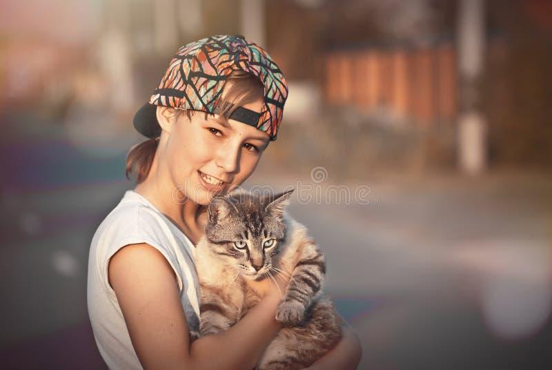 Έφηβος με μια γάτα στοκ φωτογραφία