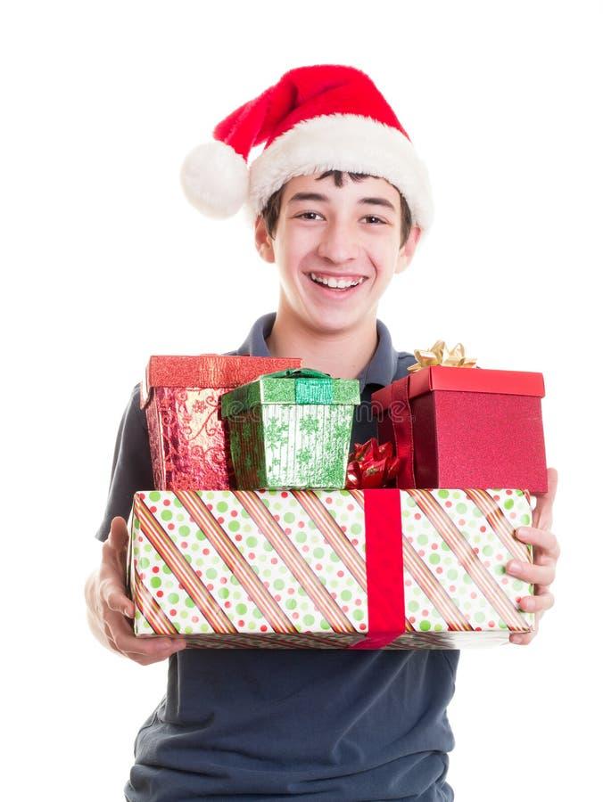 Έφηβος με τα δώρα Χριστουγέννων στοκ εικόνα