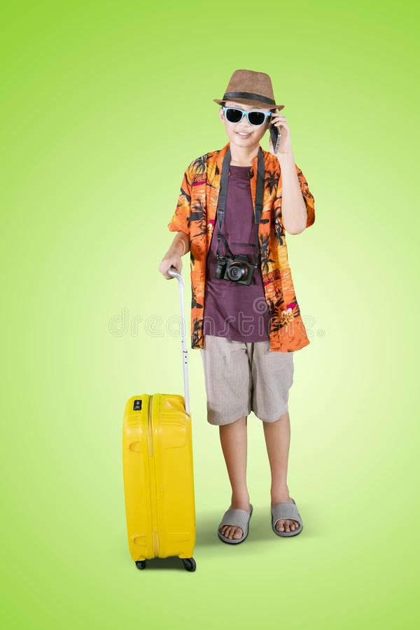Έφηβος με τις αποσκευές και τηλέφωνο στο στούντιο στοκ φωτογραφία με δικαίωμα ελεύθερης χρήσης