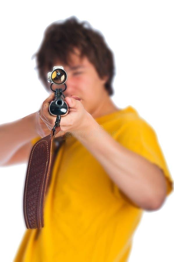 Έφηβος με το επικίνδυνο τουφέκι στοκ εικόνα
