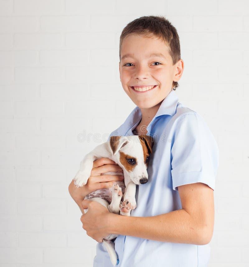 Έφηβος με το κουτάβι στοκ εικόνες