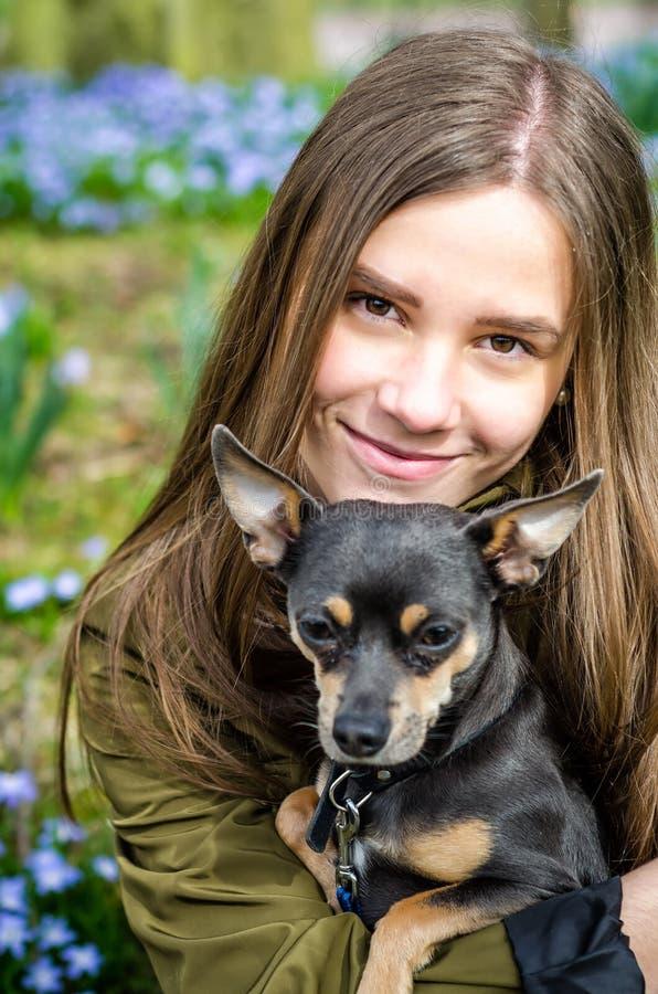 Έφηβος με το σκυλί κουταβιών στοκ φωτογραφία με δικαίωμα ελεύθερης χρήσης