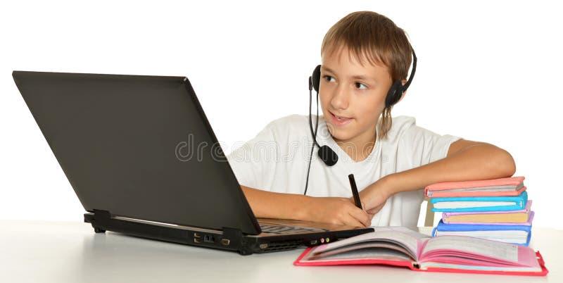 Download Έφηβος με το lap-top στοκ εικόνα. εικόνα από βιβλίων - 62722993