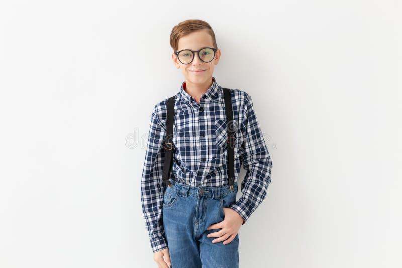 Έφηβος, παιδιά και έννοια μόδας - το παιδί έντυσε στην τοποθέτηση πουκάμισων καρό πέρα από το άσπρο υπόβαθρο στοκ εικόνες με δικαίωμα ελεύθερης χρήσης