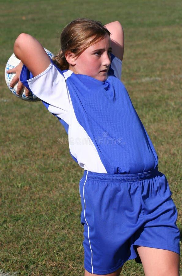 έφηβος ποδοσφαίρου φορέων 2 σφαιρών που ρίχνει τη νεολαία στοκ φωτογραφία