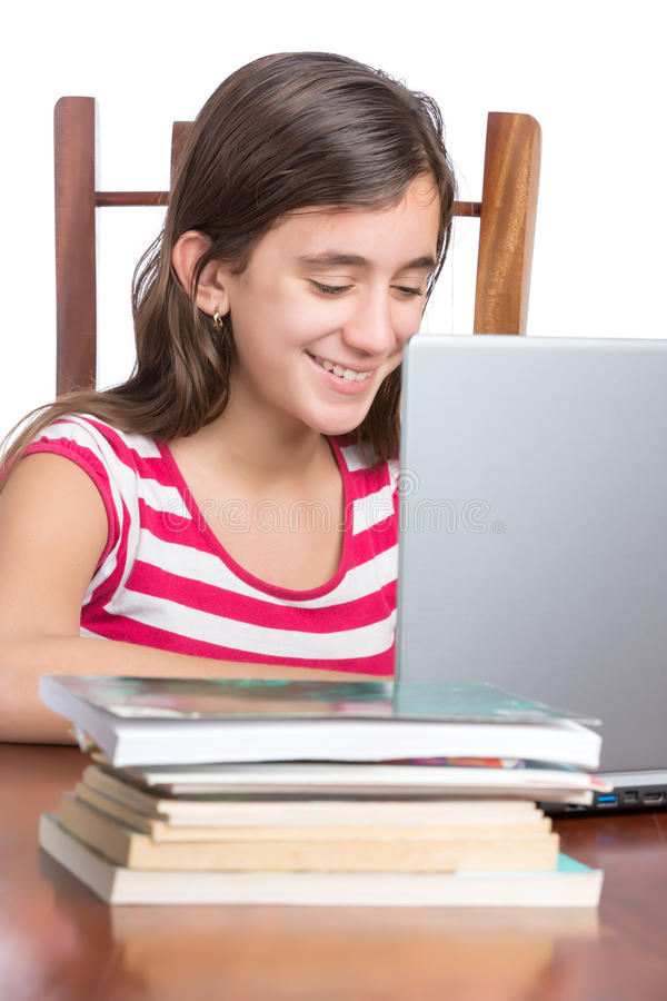 Έφηβος που κάνει την εργασία στο lap-top της που απομονώνεται στο λευκό στοκ εικόνες