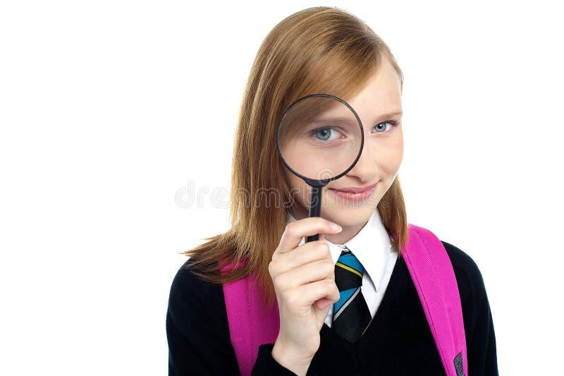 Έφηβος που κοιτάζει μέσω μιας ενίσχυσης - γυαλί στοκ φωτογραφία