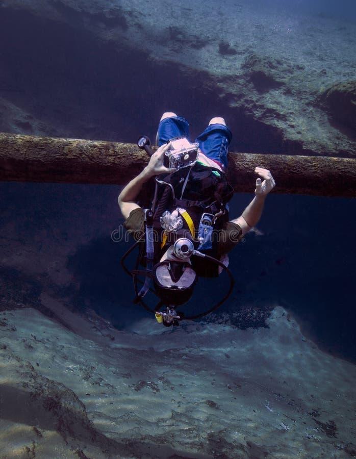 Έφηβος που κρεμά ανάποδα - σπηλιά ανοίξεων Morrison στοκ φωτογραφία με δικαίωμα ελεύθερης χρήσης