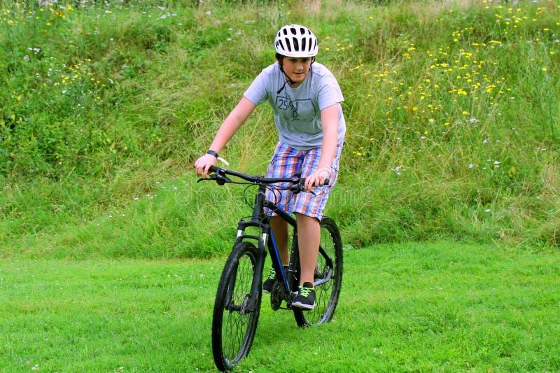 Έφηβος που οδηγά στο ποδήλατο στοκ εικόνες