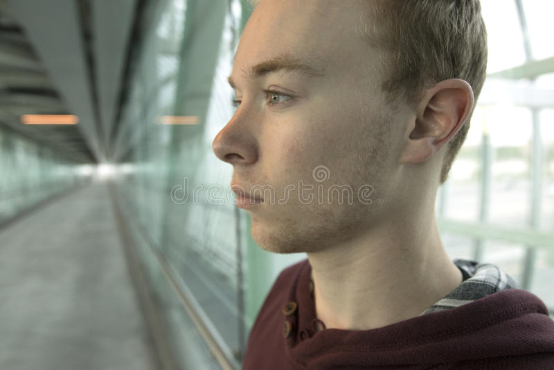 Έφηβος που σκέφτεται στην περιοχή σηράγγων στοκ εικόνες