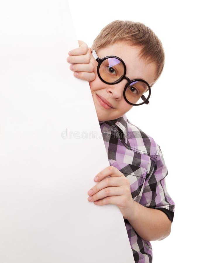 Έφηβος που υπερασπίζεται την άσπρη κενή κάρτα στοκ φωτογραφία