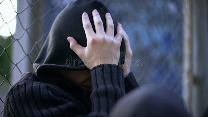 Έφηβος που φωνάζει, σχολική φοβέρα, δυσλειτουργική οικογένεια, κατάθλιψη μοναξιάς στοκ φωτογραφία με δικαίωμα ελεύθερης χρήσης