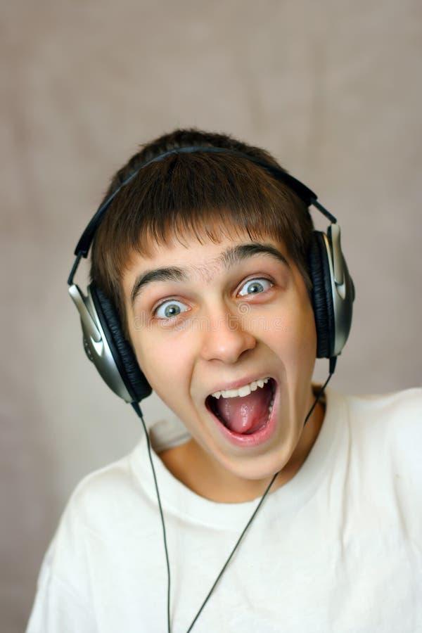 Έφηβος στα ακουστικά στοκ εικόνα