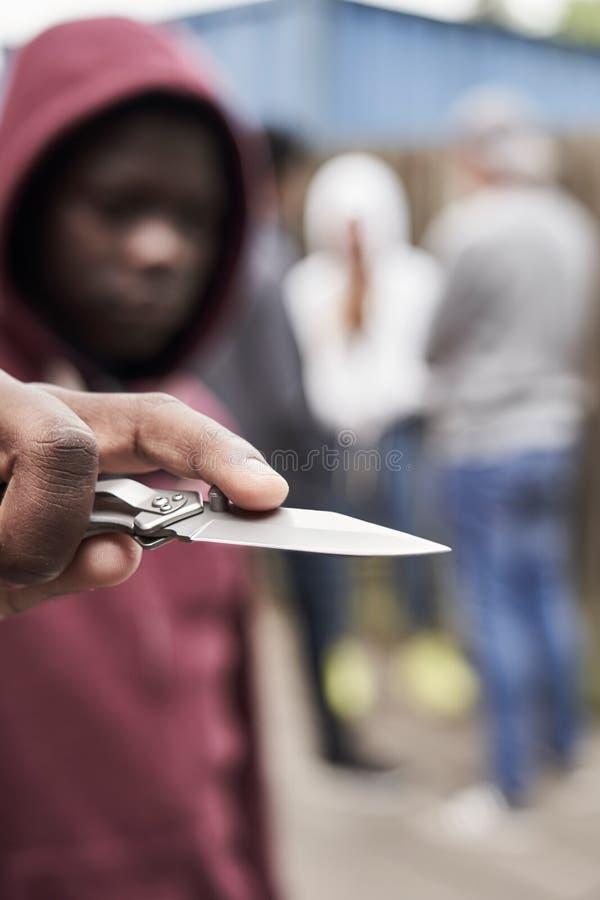 Έφηβος στην αστική συμμορία που δείχνει το μαχαίρι προς τη κάμερα στοκ φωτογραφία με δικαίωμα ελεύθερης χρήσης