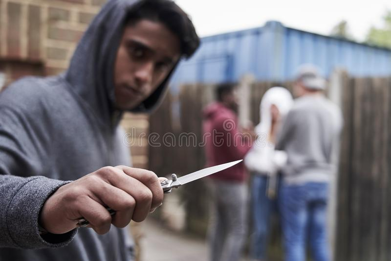 Έφηβος στην αστική συμμορία που δείχνει το μαχαίρι προς τη κάμερα στοκ εικόνα με δικαίωμα ελεύθερης χρήσης