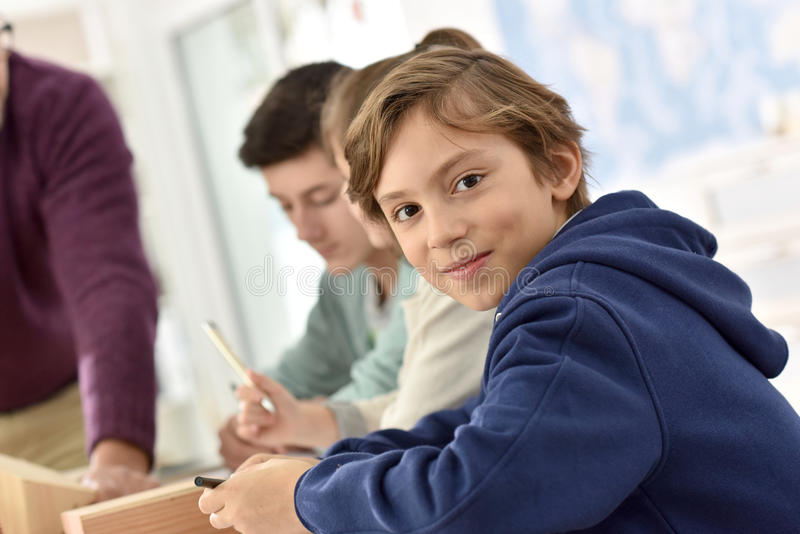 Έφηβος στην κατηγορία με τους δασκάλους στοκ φωτογραφία με δικαίωμα ελεύθερης χρήσης