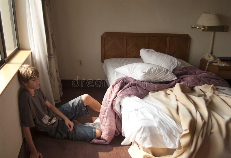 Έφηβος στο δωμάτιο ξενοδοχείου στοκ φωτογραφία με δικαίωμα ελεύθερης χρήσης