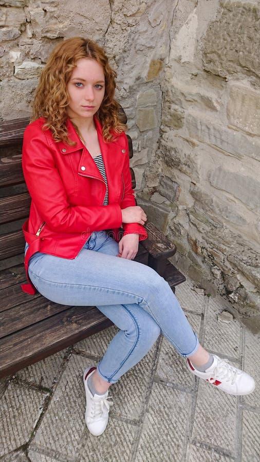 έφηβος συνεδρίασης πάγκ&omega στοκ εικόνες με δικαίωμα ελεύθερης χρήσης