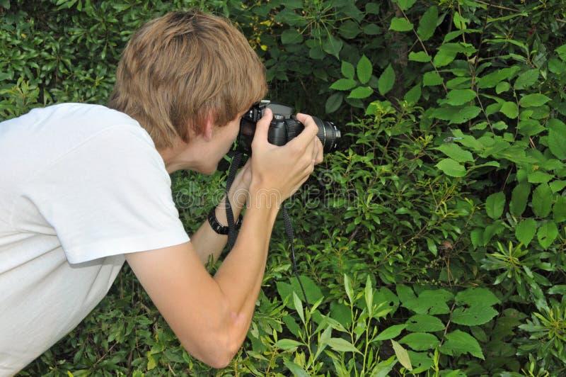 έφηβος φωτογράφων φύσης στοκ φωτογραφία