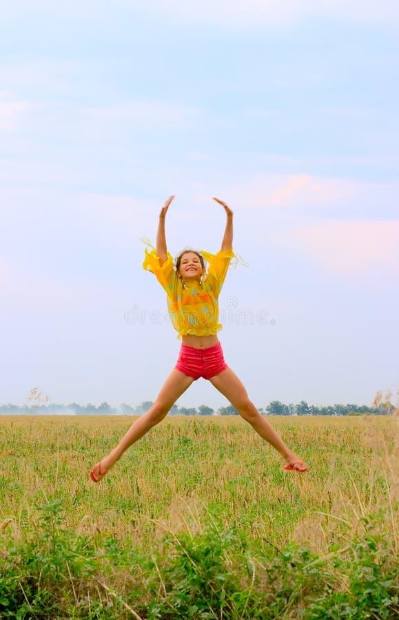 έφηβος φύσης κοριτσιών ομορφιάς jamp στοκ φωτογραφία με δικαίωμα ελεύθερης χρήσης