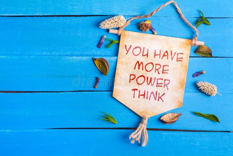 Έχετε περισσότερη δύναμη να σκεφτεί το κείμενο στον κύλινδρο εγγράφου στοκ εικόνα με δικαίωμα ελεύθερης χρήσης