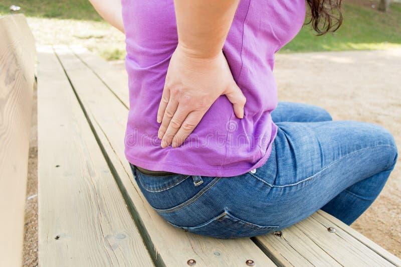 Έχω έναν μεγάλο πόνο στην πλάτη μου στοκ φωτογραφία με δικαίωμα ελεύθερης χρήσης