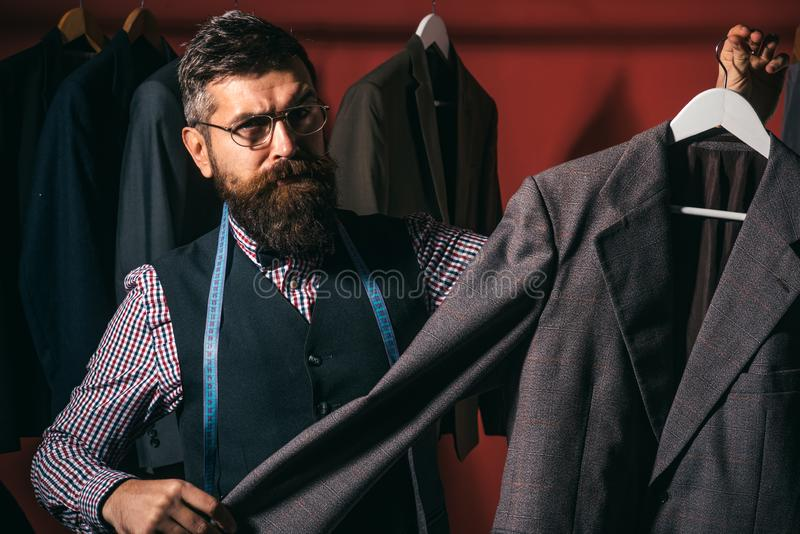 Έχω ακριβώς τι ψάχνετε Επιχειρησιακός κώδικας ντυσίματος χειροποίητος κατάστημα κοστουμιών και αίθουσα εκθέσεως μόδας Αναδρομικός στοκ φωτογραφία με δικαίωμα ελεύθερης χρήσης