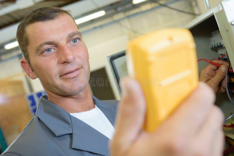 Έλεγχος επιτροπής που χρησιμοποιεί το βολτόμετρο στοκ φωτογραφία
